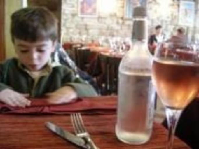 Para porzuciła w restauracji troje dzieci!
