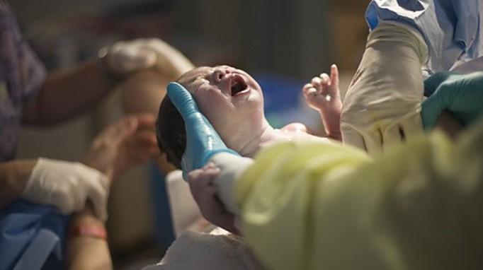 Urodziła na chodniku pod szpitalem!