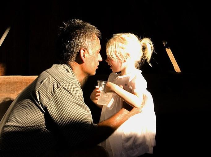 Trafił do aresztu, bo pocałował córkę!
