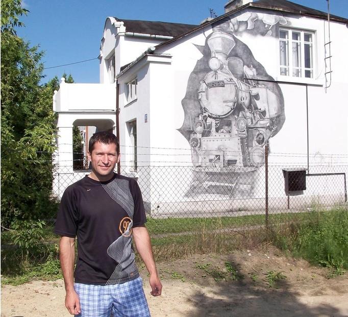 Narysował wielką lokomotywę na swoim domu!