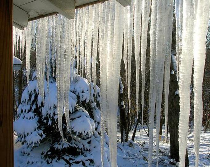 Uwaga na spadające sople lodu! Mogą zabić albo zniszczyć samochód!