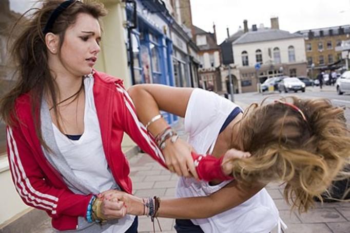 Nastolatki SKATOWAŁY koleżankę, bo źle na nie spojrzała!