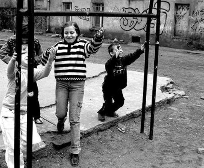Polskie dzieci wakacje spędzą przed blokiem!
