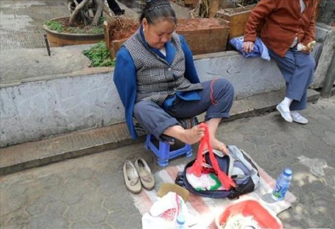 Chinka szyje stopami