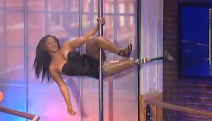 Kaleka tancerka z protezą nogi zrobiła show na rurze!