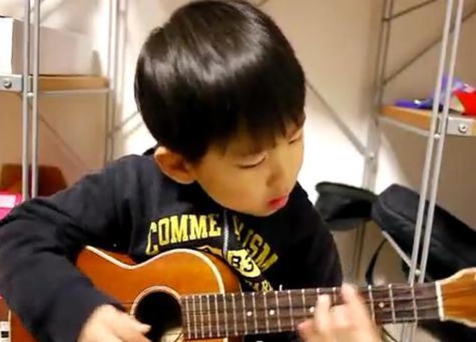 VIDEO NA DZIŚ: Uroczy 5-latek śpiewa i gra na ukulele