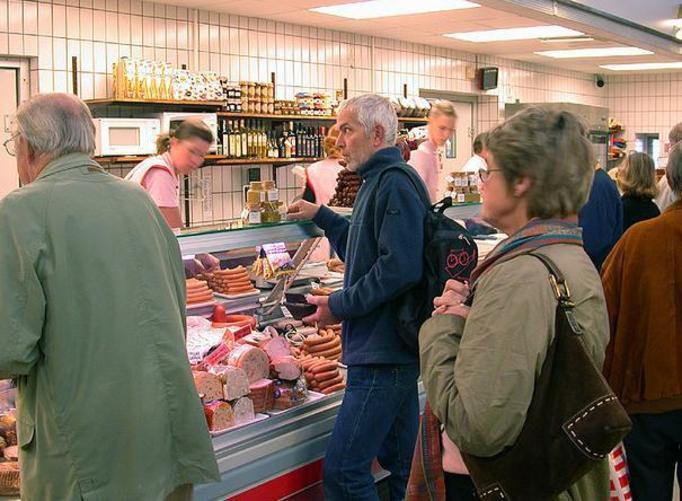 Sklepy mięsne: Lodówki, blaty i krajalnice nie są dezynfekowane!