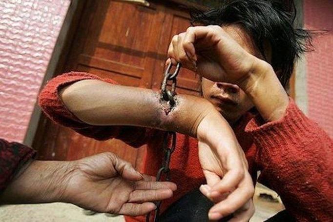 Przykuli mu ręce do obory! Łańcuchy wrosły w jego skórę!
