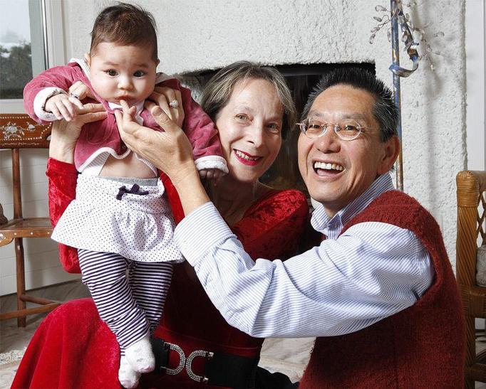 64-latka urodziła swoje pierwsze dziecko! Tatuś ma 60 lat!