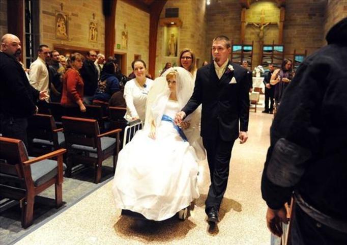 Brała ślub, stojąc nad grobem! UMARŁA 2 DNI PO WESELU