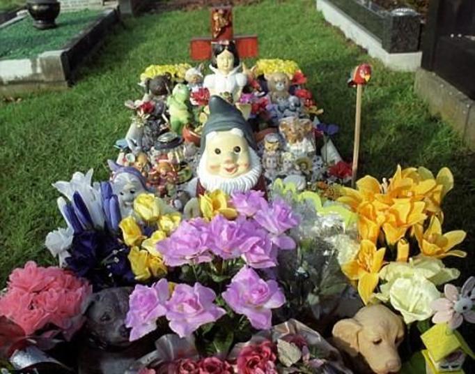 Ksiądz zabiera z grobów sztuczne kwiaty: