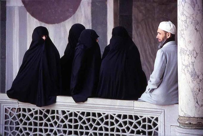 Irańskie studentki nie mogą nosić tipsów, farbować włosów i regulować brwi!