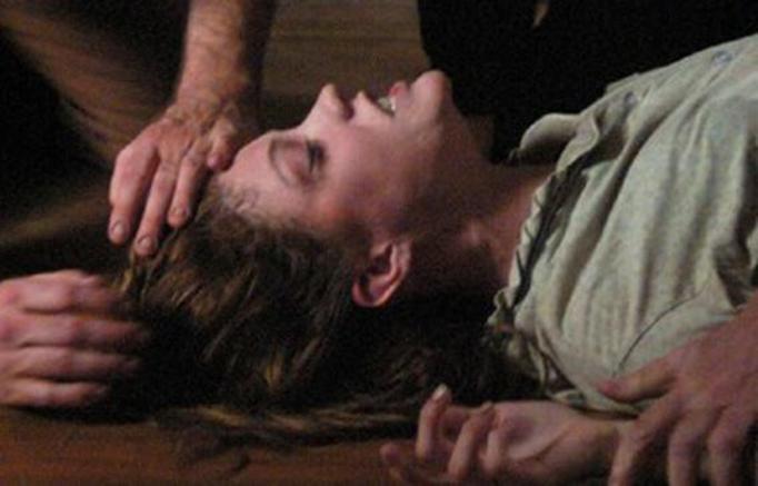 Rodzice chcieli wypędzić z niej demona! 25-latka zmarła na skutek domowych egzorcyzmów!