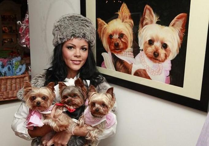 LOUISE HARRIS: Na stroje i biżuterię dla psów wydała 100 000 funtów! Bezgraniczna miłość czy dziwna obsesja?