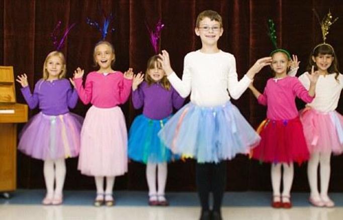 4-letni Henry nosi cekinowe sukienki! Każe zwracać się do siebie