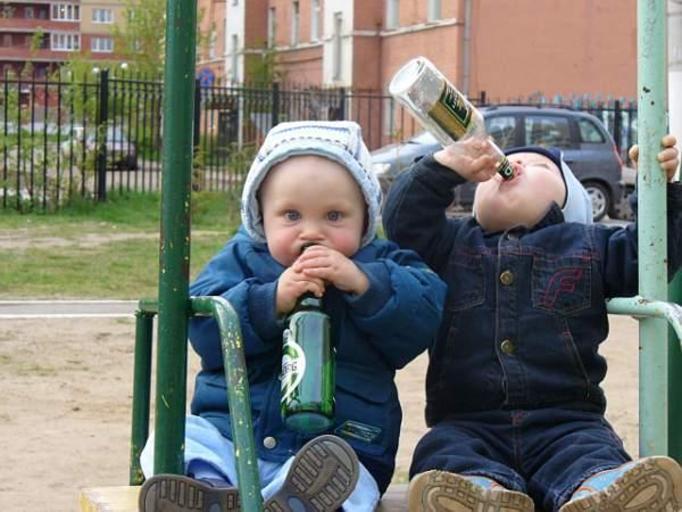 dziecko pije alkohol