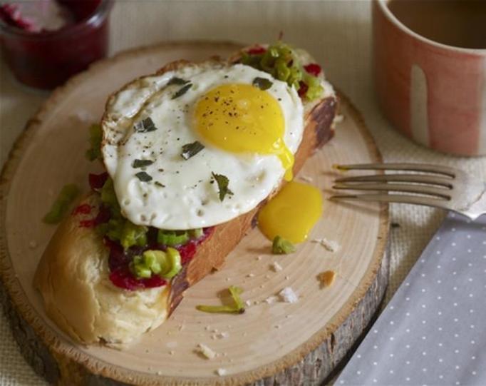 tartinka z jajkiem i żurawiną