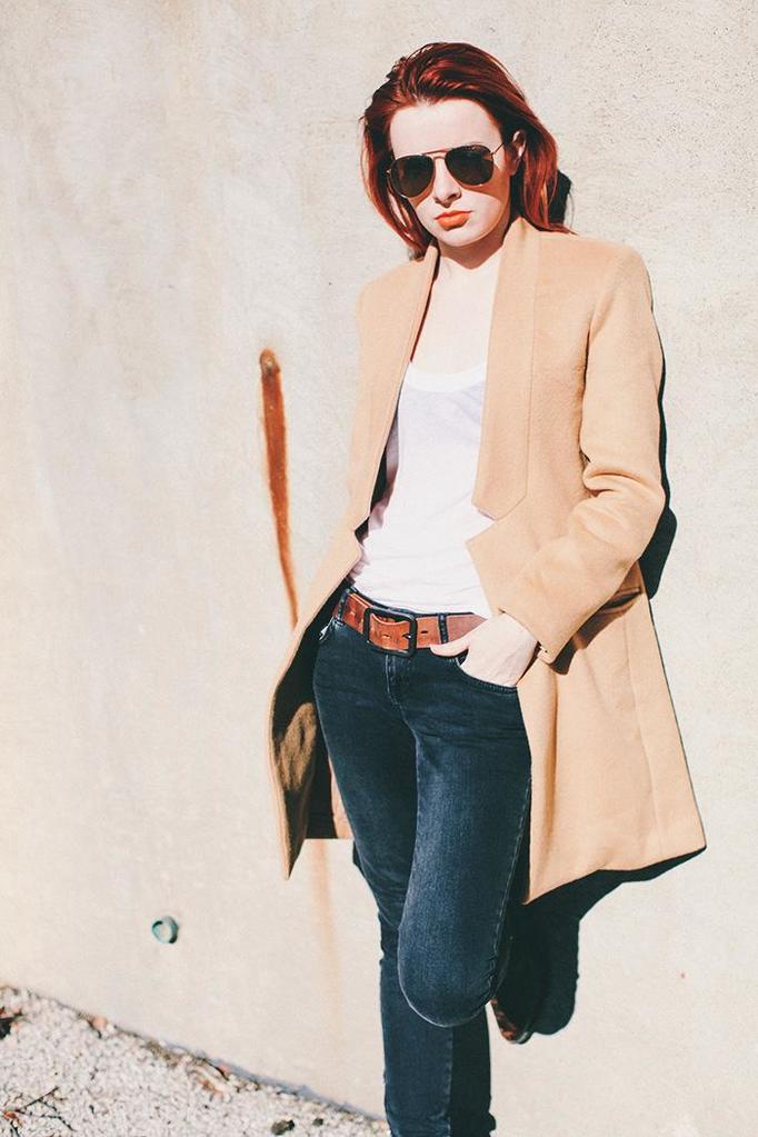 Jane Aldridge w camelowym płaszczu