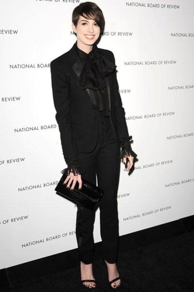 Anne Hathaway w garniturze Saint Laurent