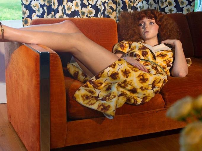 kobieta na sofie