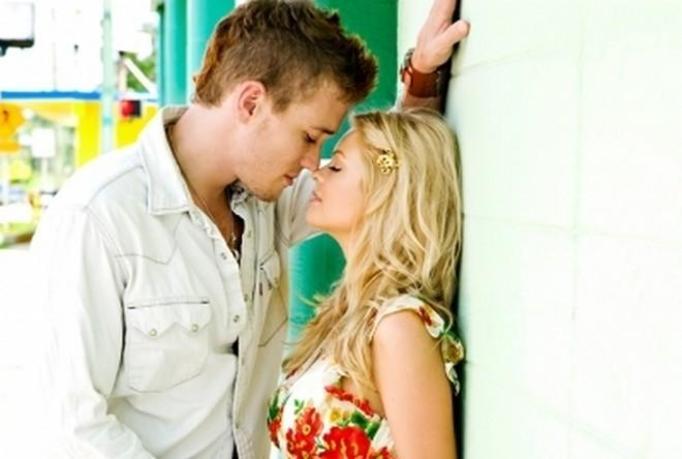 pocałunek zakochanych