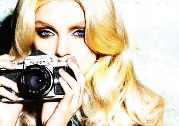 modelka z aparatem fotograficznym