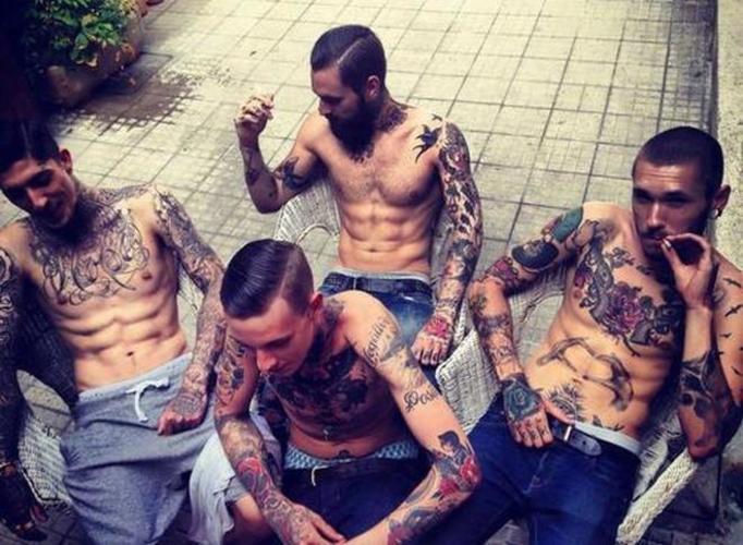 chłopak z tatuażem