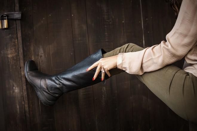 rozciąganie butów zamszowych