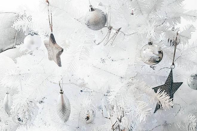 białe ozdoby choinkowe