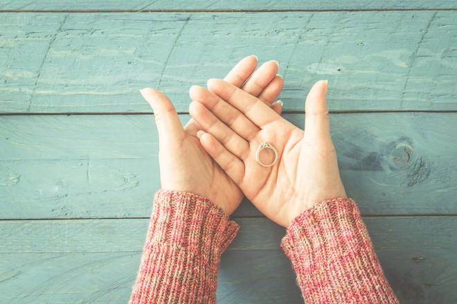 za mały pierścionek zaręczynowy