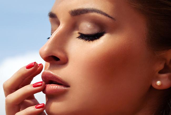 Rozświetlenie – hit w letnim makijażu