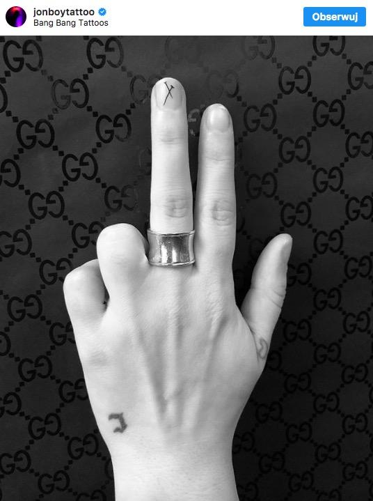tatuaż na paznokciach