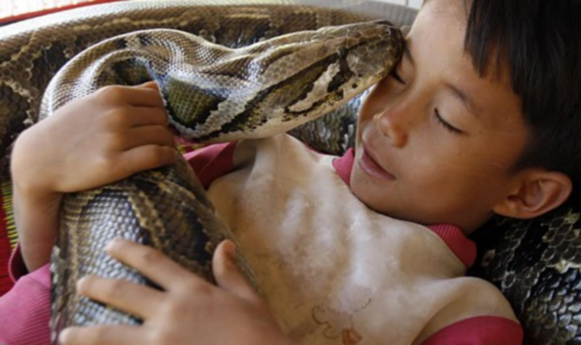 spanie z wężem w łóżku